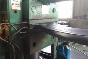 Conveyor belt vulcanization in the machine
